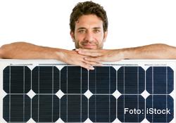 Mann mit Photovoltaik